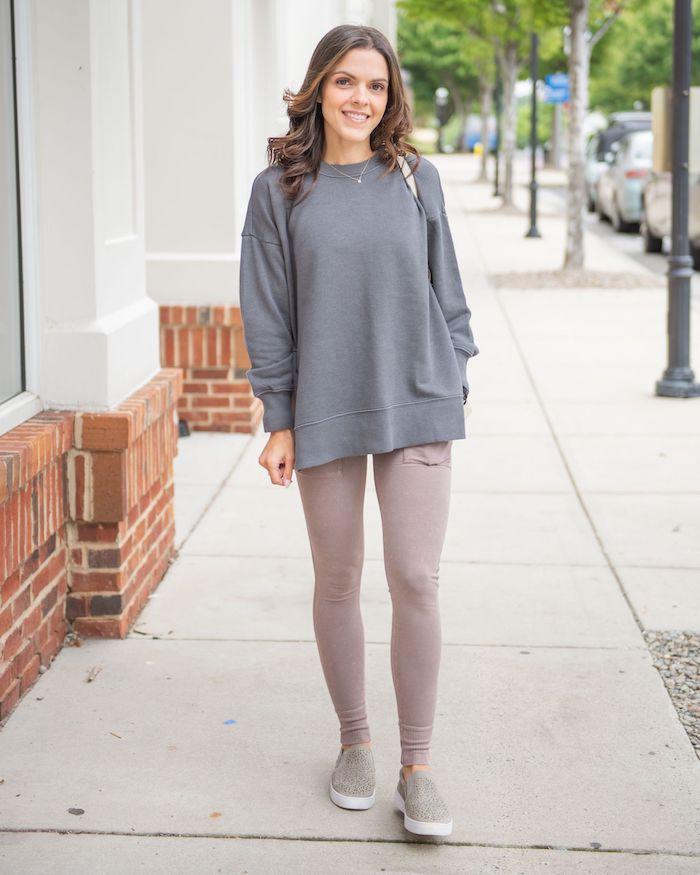 obtenir un look streetwear femme avec un pantalon de yoga et pull gris tricoté