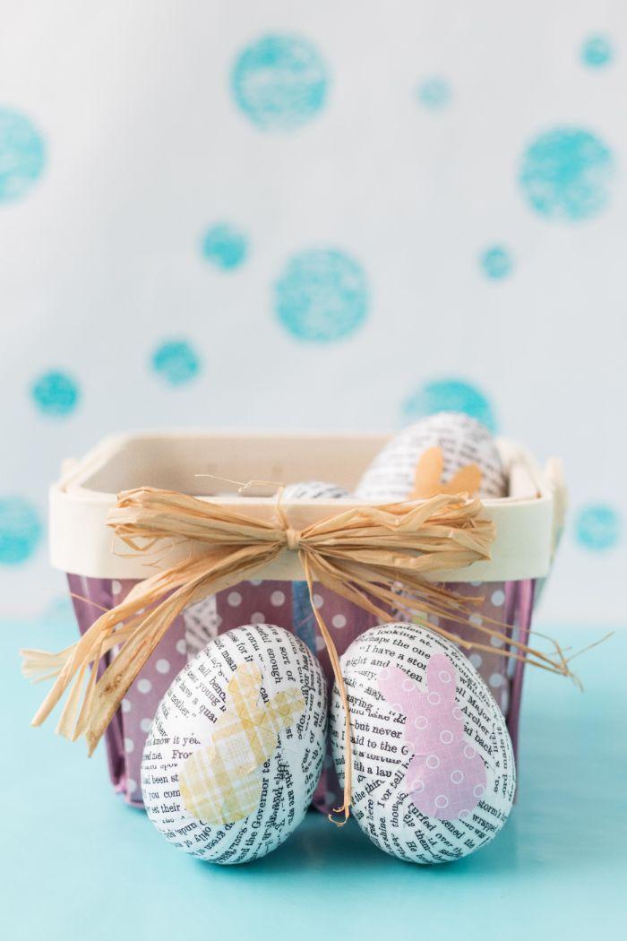 oeufs de paques de plastique décorés de papier livre dans panier bricolage de paques pour adultes simple