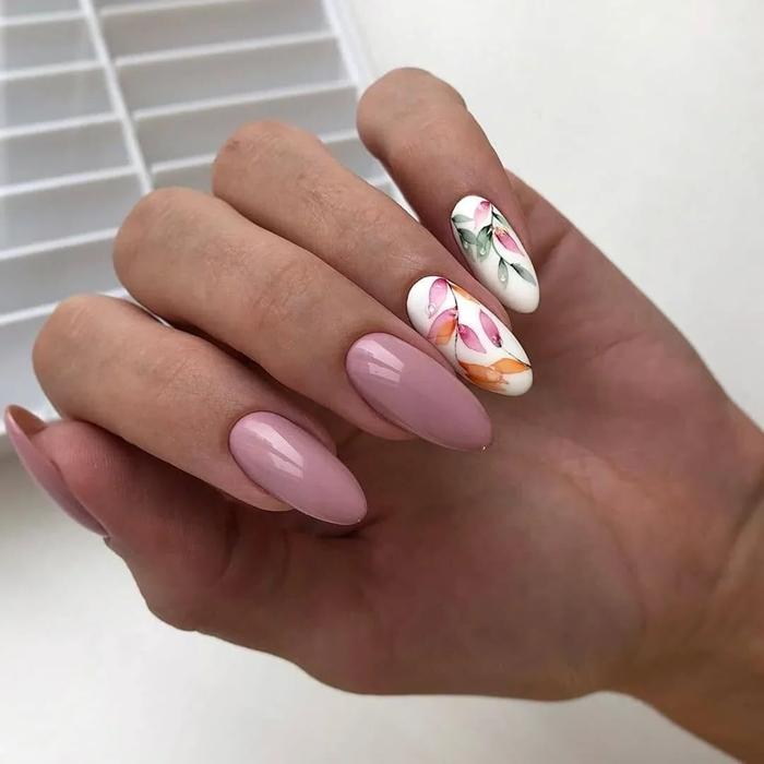 ongles de printemps 2021 vernis nuance de rose poudré décoration ongle blanc motif fleurs colorés