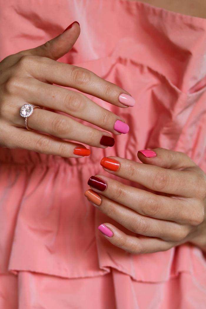 ongles plusieurs couleurs nuances vernis orange couleur de base rose tonalité bague ongles longs