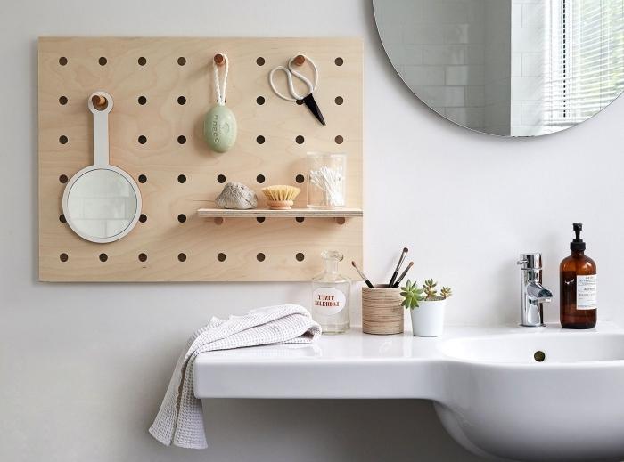 organisateur salle de bain tableau bois trous goujon bois rond étagère bois pot bois miroir rond