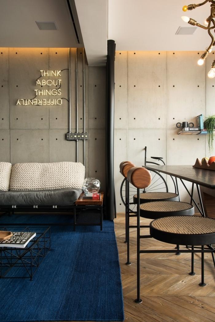 panneau lumineux tuyaux apparents parquet bois chaise de bar bois et métal salon deco industrielle