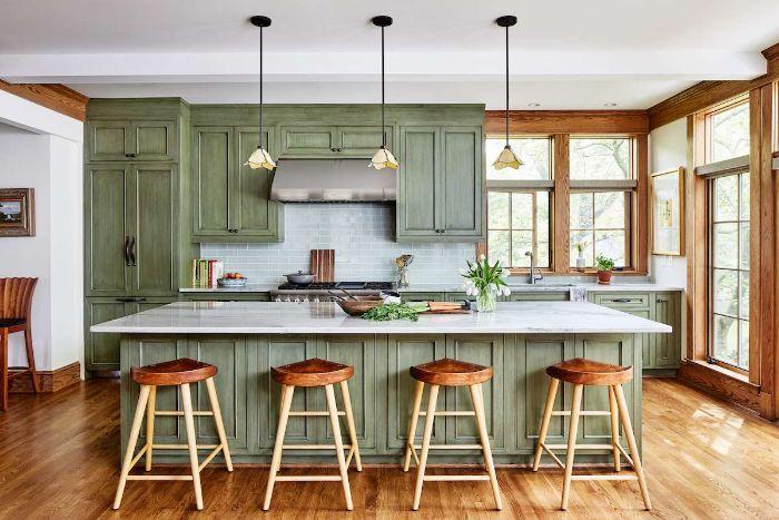 parquet bois clair tabourets de bar bois ilot central et façade cuisine bois patiné gris de verte encadrement porte verrière de bois