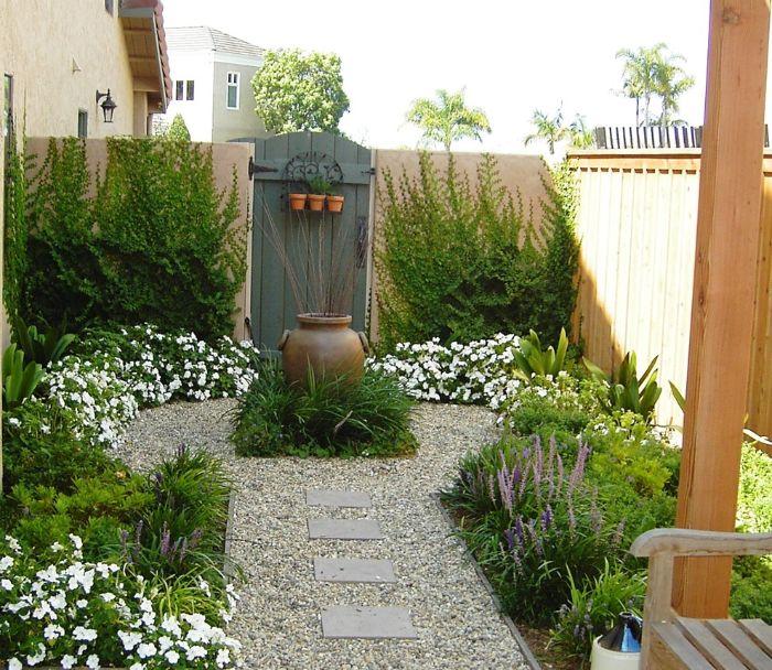 parterre de fleurs et plantes vertes avec chemin de gravier exemple comment aménager un petit jardin de 20 m2