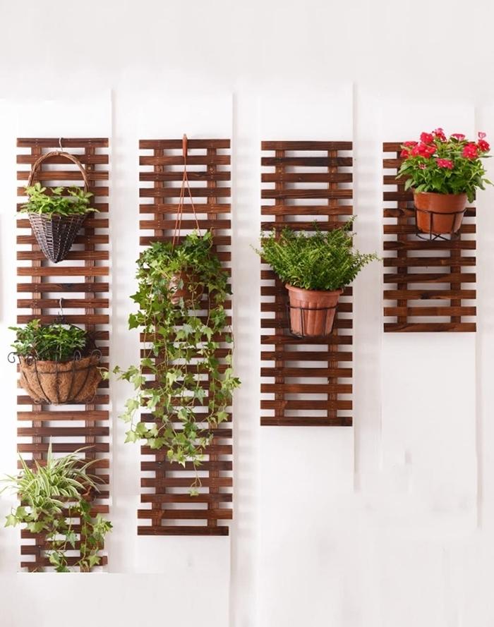 peinture blanche panneaux grillage en bois foncé mur vegetal exterieur terrasse pot a accrocher