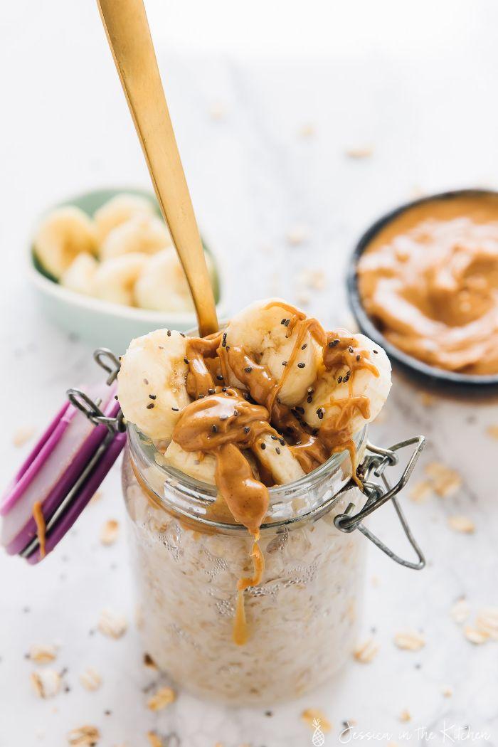 petit déjeuner aux flocons d avoine avec des tranches de banane graines de chia et beurre de cacahuète dans pot en verre