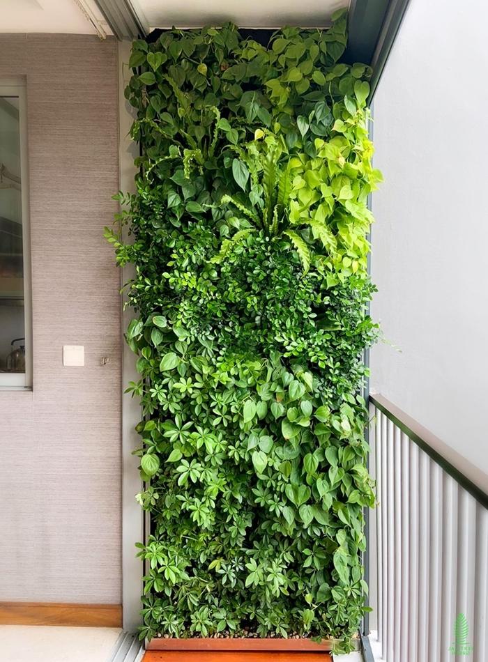 petit espace décoration balcon avec mur vegetal exterieur fausses plantes jungle urbain style
