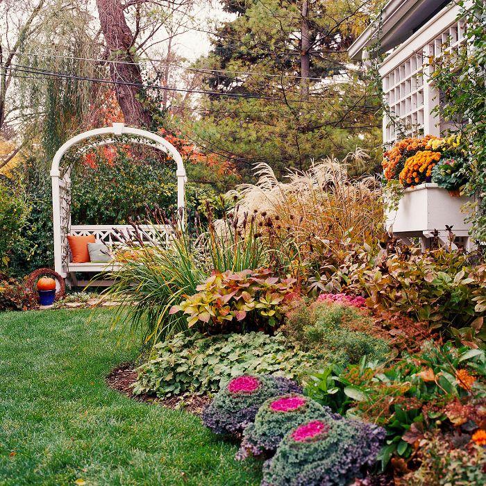 petit jardin amenagement avec parterre de fleurs plantes buis gazon en pente banc avec arche.jfif