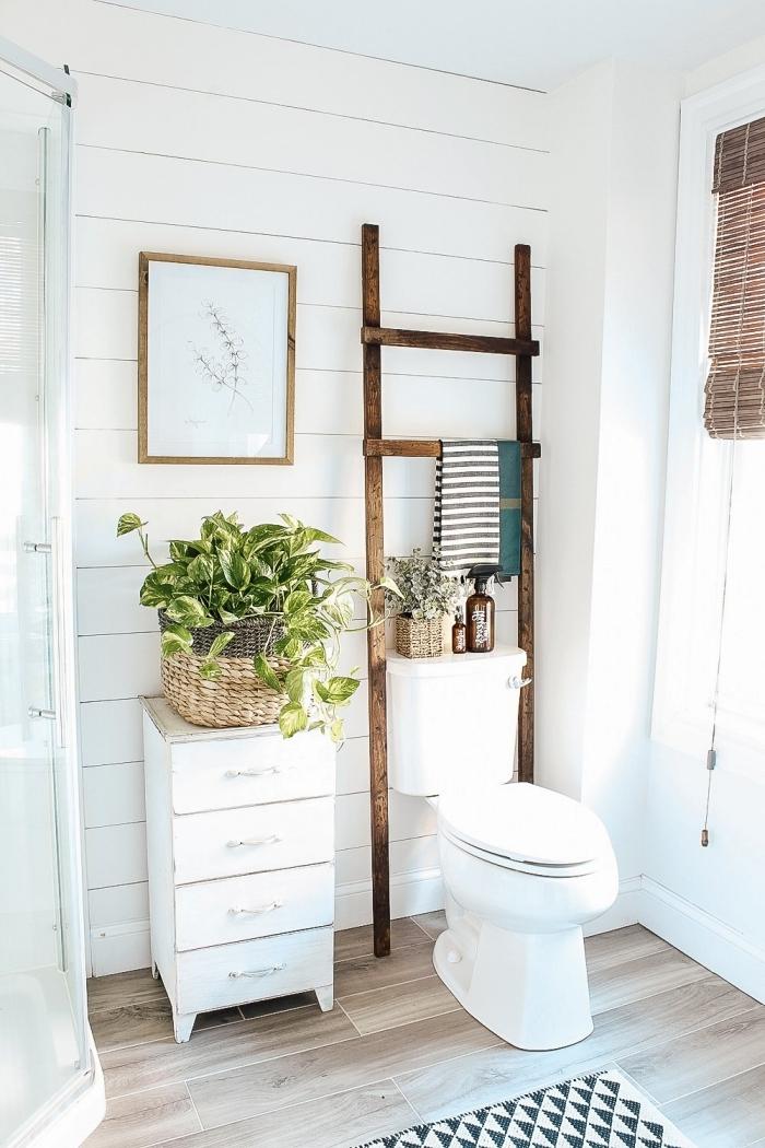petit meuble de rangement salle de bain original échelle rangement serviette bois panier cache pot tressé