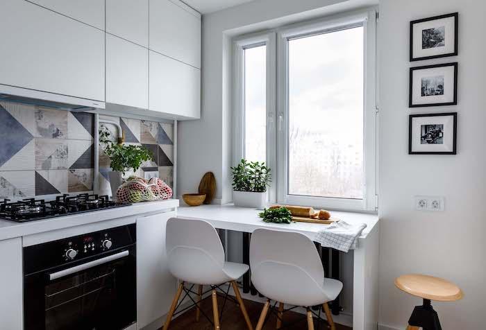 petite cuisine en l avec une table qui donne au fenetre et crédence en carrelage coloré