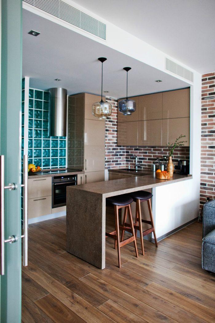 petite cuisine ouverte sur salon credence mur de brique et credence carrelage vert d eau ilot de cuisine tabouret bar parquet bois