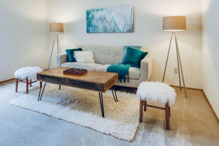 petite table industrielle bois brut et métal avec canapé blanc capitonné tabouret cocooning accents bleus.jfif