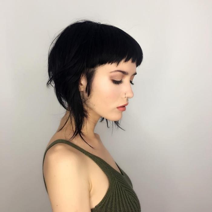 piercing nasale femme tendance couleurs vêtements top vert coiffure a la mode coupe courte