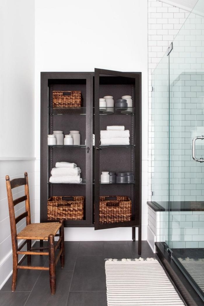 placard mural salle de bain recup peinture noire mate panier tressé pots verre personnalisés