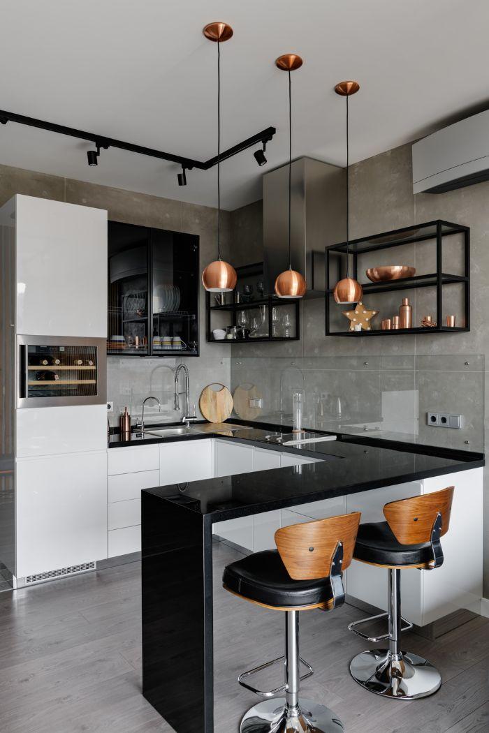 plan de travail noir dans cuisine industrielle avec credence effet beton et etageres ouvertes noires industrielles suspensions vaisselle cuivre