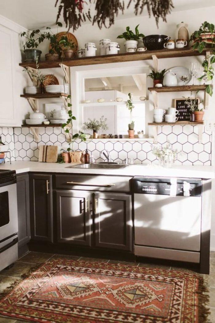 plantes de cuisine dans une cuisine d angle gris et blanc au carrelage blanc et étagères de bois brut ouvertes