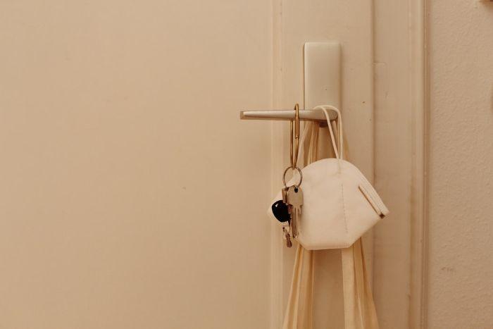 porte d entree couleur beige cles sur la porte masque antivirus.jfif