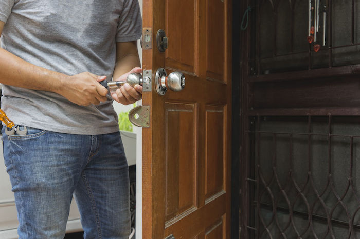 locksmith open the wood door by cylinder tools