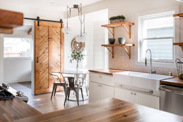 porte grange gissante d intérieur bois planns de travail et étagères bois aménagement maison de campagne
