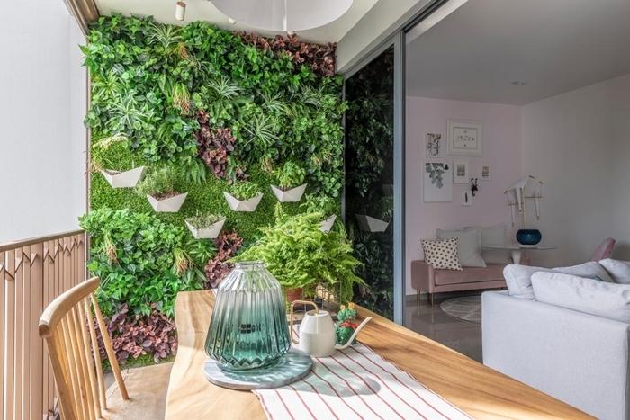 pot à accrocher au mur extérieur avec plantes décoration balcon avec table et chaise en bois plafond suspendu