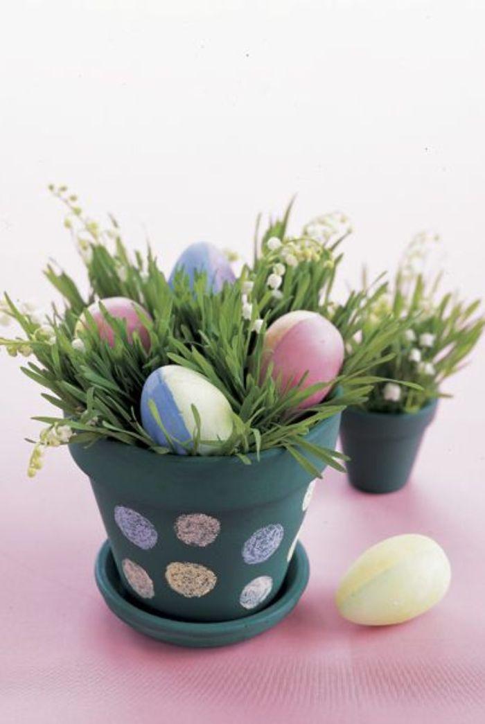 pot de fleur repeint de peinture vert de gris et décoré de pois colorés à la craie herbe et des oeufs colorés