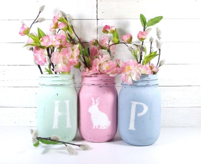 pot en verre peint de peinture à la chaux et transformé en vase pour branches de peintemps décoration de paques à fabriquer