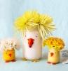 pots en verre décorés de peinture à l intérieur et des bouquets de fleurs printanieres