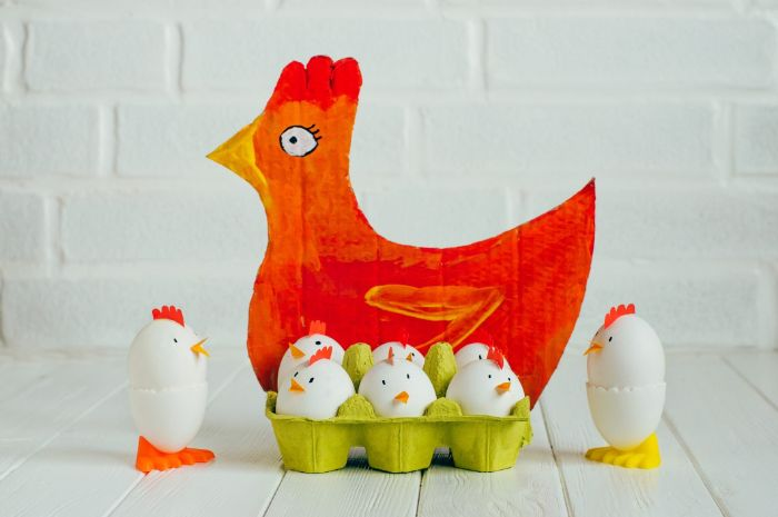 poussins fabriqués dans oeufs mis dans carton oeufs et mère poule en carton recyclé bricolage paques facile
