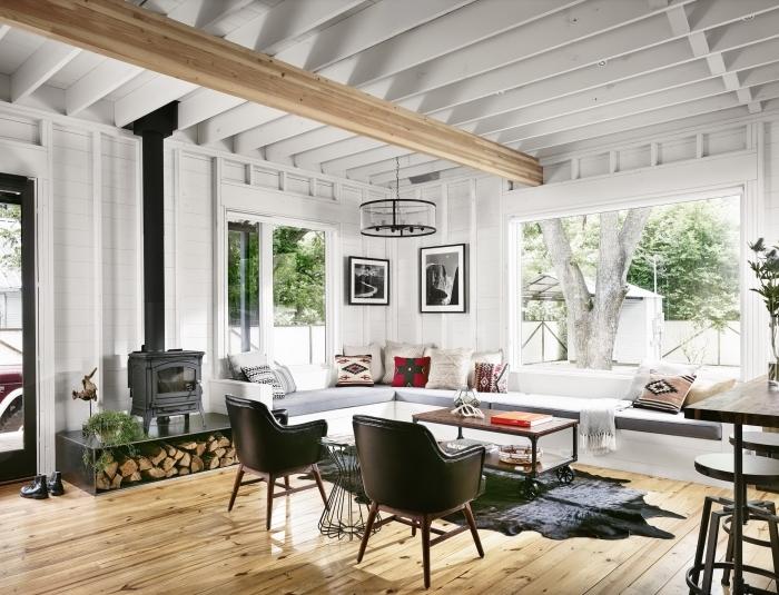 poutre bois plafond blanc chaise cuir noir tabourets de bar métal salon cocooning bois coussin bohème