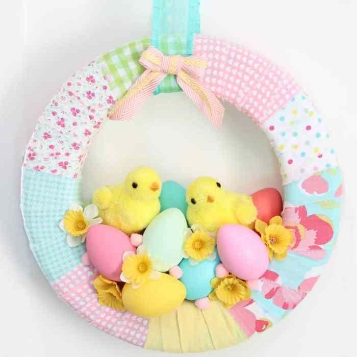 que faire avec des cutes de tissu couronne de printemps deco de paques a faire soi meme avec recup poussins jouets oeufs colorés fleurs