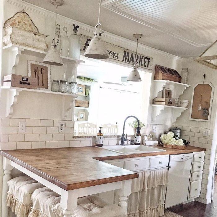 quelle cuisine campagne ferme plan de travail bois clair sur meuble bois blanc carrelage blanc étagères ouvertes parquet bois foncé