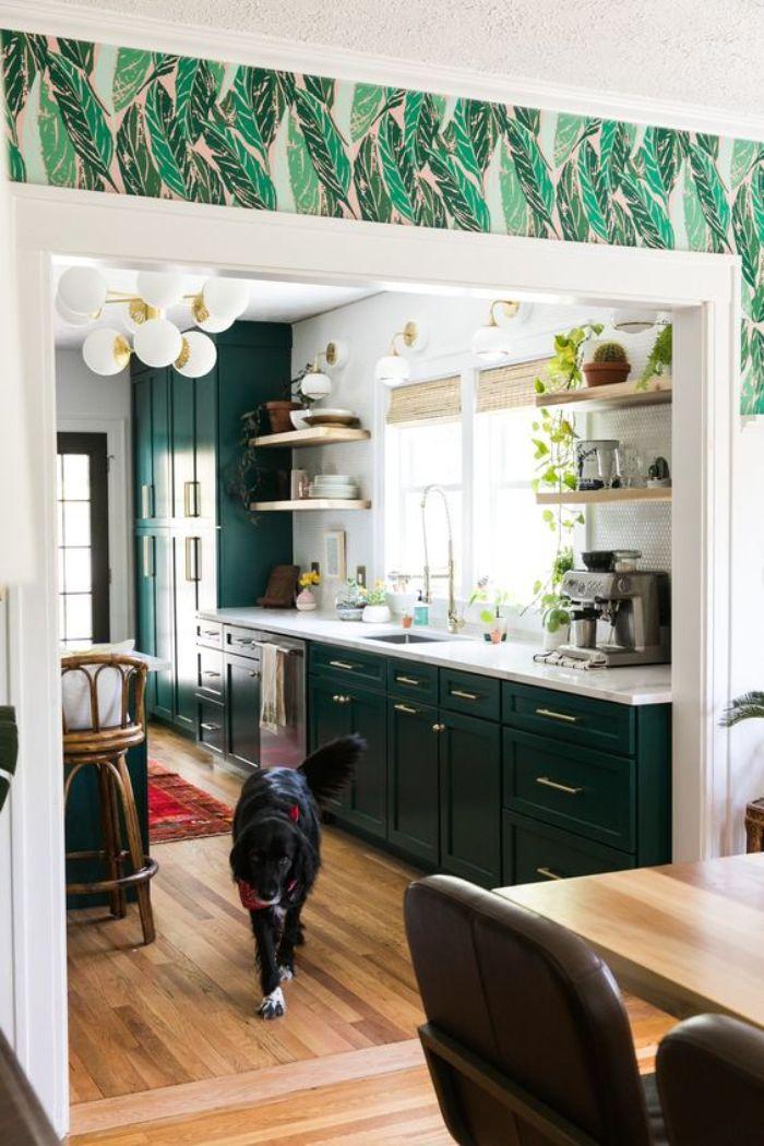 quelle cuisine vert foncé avec plan de travail blanc étagères bois ouvertes parquet bois clair exemple cuisine semi ouverte sur salle à manger salon
