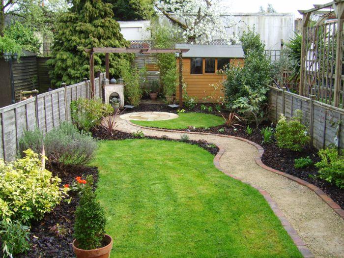 quelle idee amenagement jardin facileavec pelouse bordure d arbustes petit cabanon de jardin idee jardin minimaliste