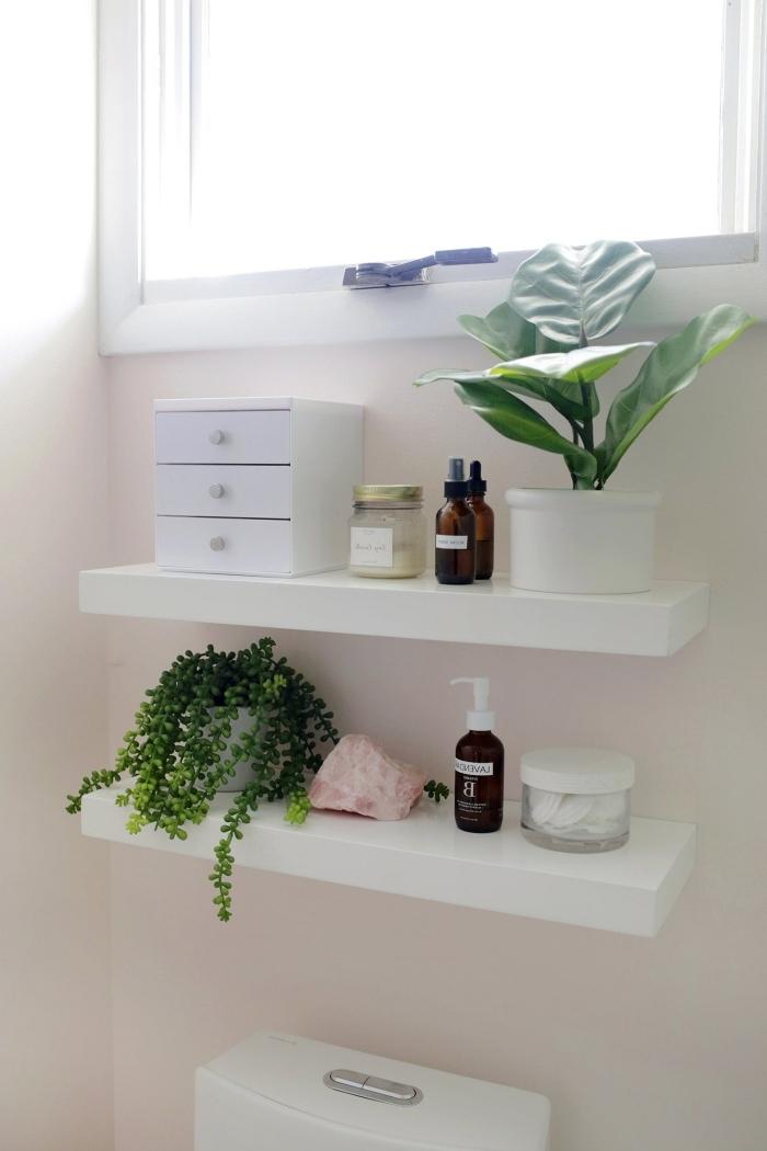 rangement mural salle de bain diy facile étagère bois blanche peinture recup plantes vertes idée pour rangement salle de bain