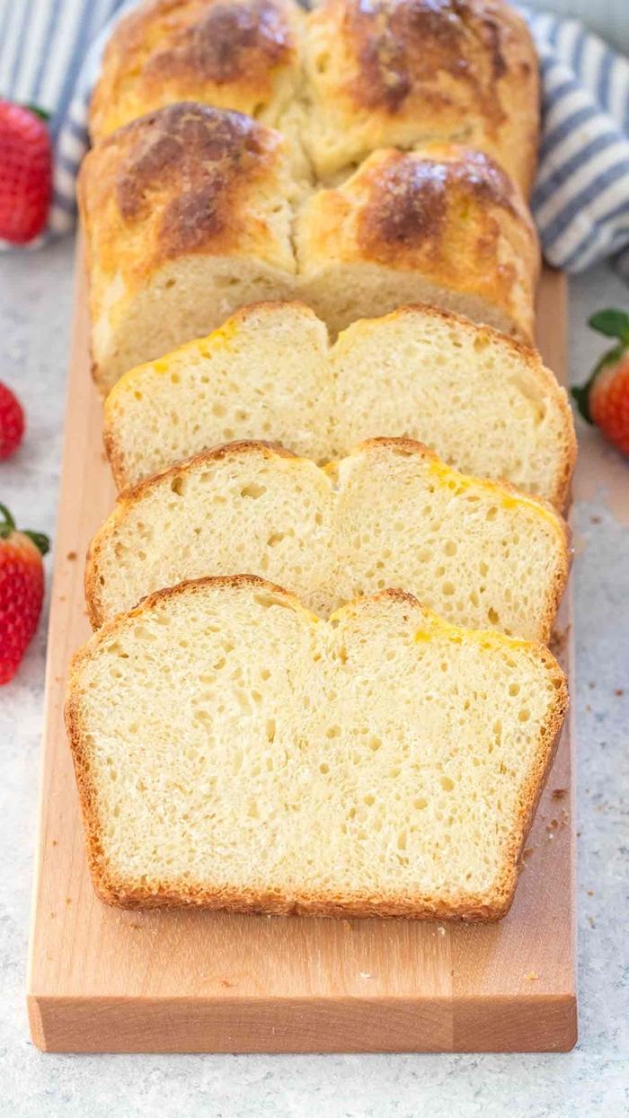 recette pain brioché jus de citron beurre oeuf et lait température ambiante fraises plateau bois