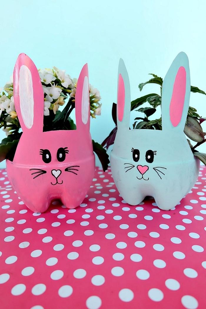 recyclage bouteille en plastique peinture acrylique pot fleur forme tête lapin bricolage paques maternelle