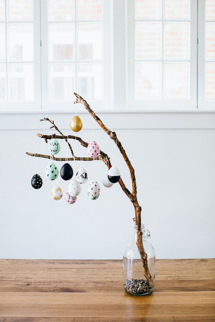 recyclage branche dans pot bouteille de verre décorée d oeufs colorés de pques bricolage paques original