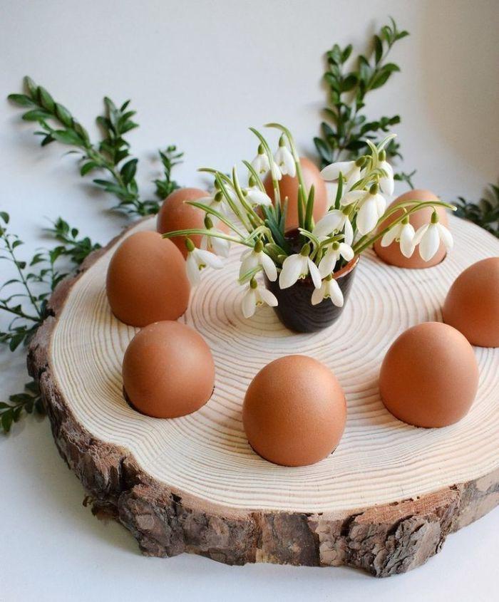 recyclage tronc c arbre avec trous porte oeuf et verre vase avec pissenlits bricolage de paques pour adultes