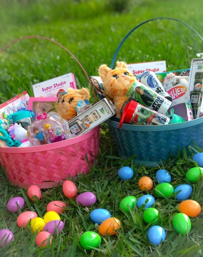 remplir un panier de paques avec des jouets et des oeufs décoratifs deux paniers sur le gazon activité manuelle paques