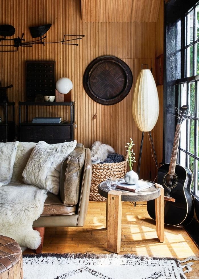 revêtement mural panneaux bois table basse béton et bois déco salon cocooning canapé cuir marron