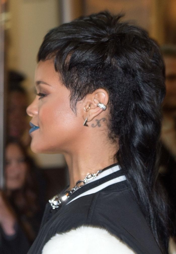 rihanna coupe de cheveux femme tendance coiffure mulet classique volume sur haut piercing oreille