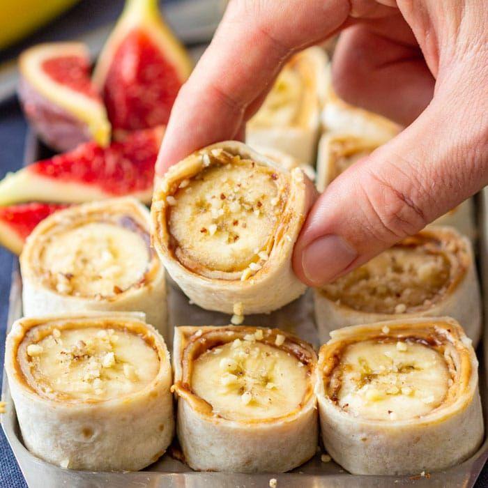 rouleaux sushu à la banane et beurre de cacahuete avec des noix dessus tortilla enroulée recette sucrée