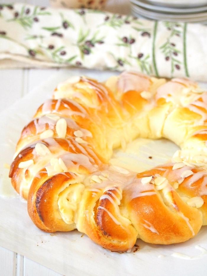 serviette blanche motifs floraux recette mouna pâte sucrée glaçage beurre fondu amandes effilées