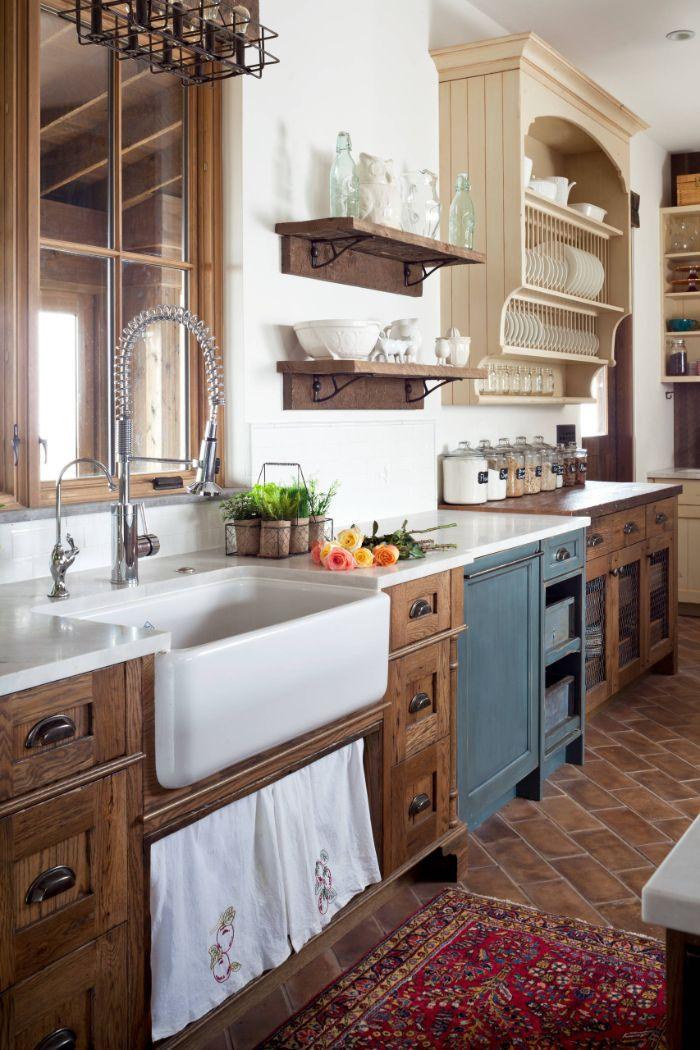 sol carrelage marron cuisine champetre bois brut étagères bois vaissellier mural blanc cassé carrelage blanc