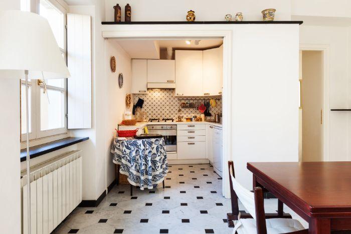 sol carrelage noir et blanc meuble cuisine blanc credence à motif exemple de petite cuisine aménagée