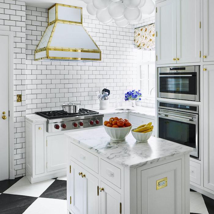 surfaces en tarbre et des tuiles brillantes dans un exemple de cuisine bien arrangée