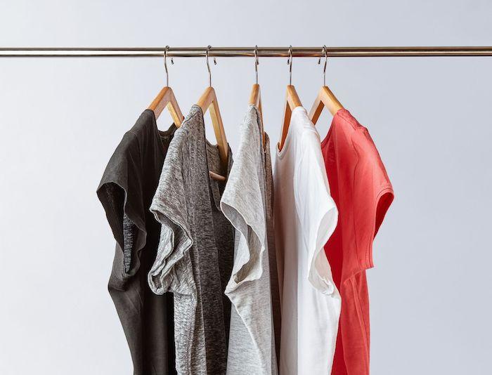t shirt suspendus aux cintres en couleurs différentes exemple de garde robe capsule