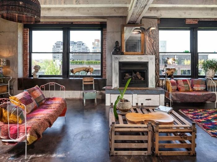 table en palette meuble diy salon deco industrielle mur en briques rouges plafond béton accessoires ethniques textile déco de salon industriel cocooning