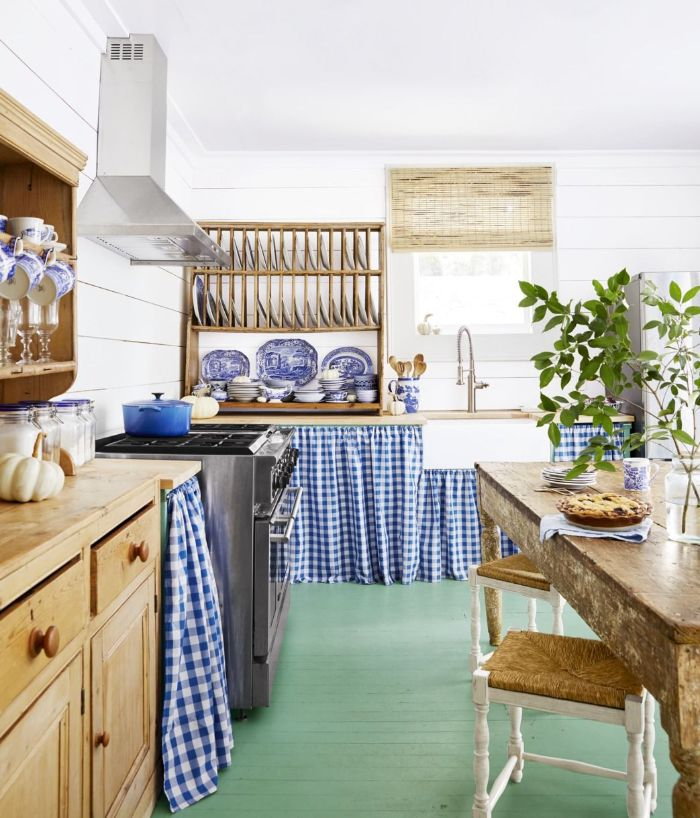 table salle à manger et fácade meuble bois de cuisine vaisselier bois mini rideaux cache meuble carreaux bleu et blanc