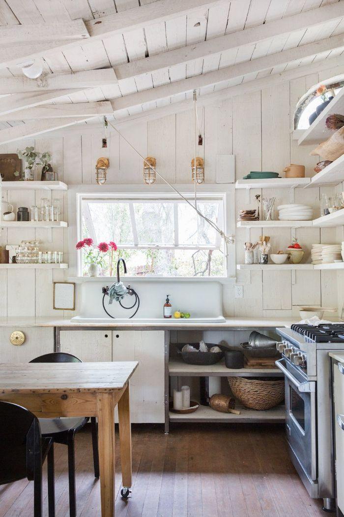 table salle à manger sur roulettes parquet bois clair mur plafond et meuble bois blanchi vaisselle vintage, cuisine campagne chic en bois
